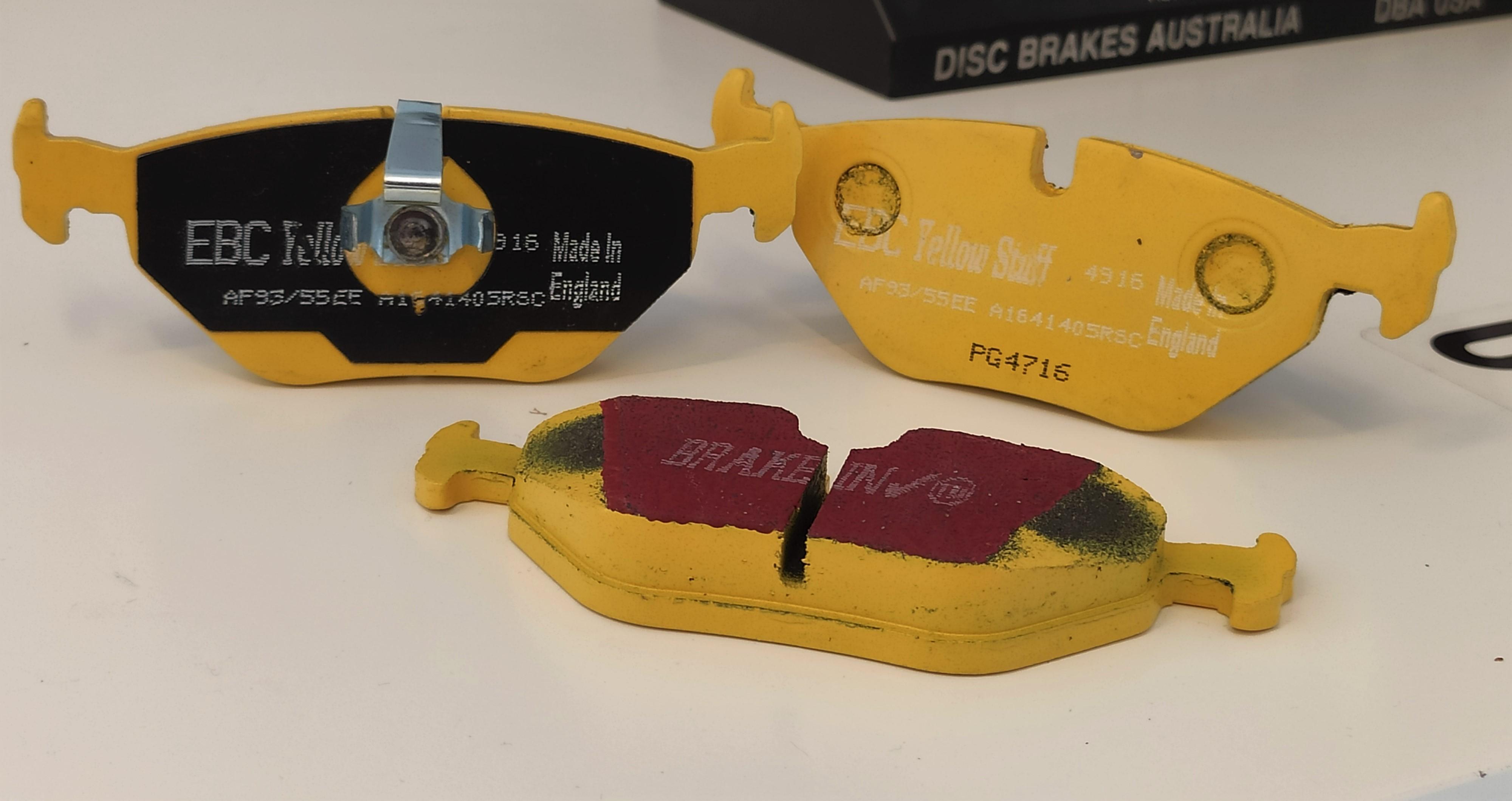 Różnica pomiędzy klockami z podkładkami i bez podkładek antywibracyjnych – EBC Yellow Stuff