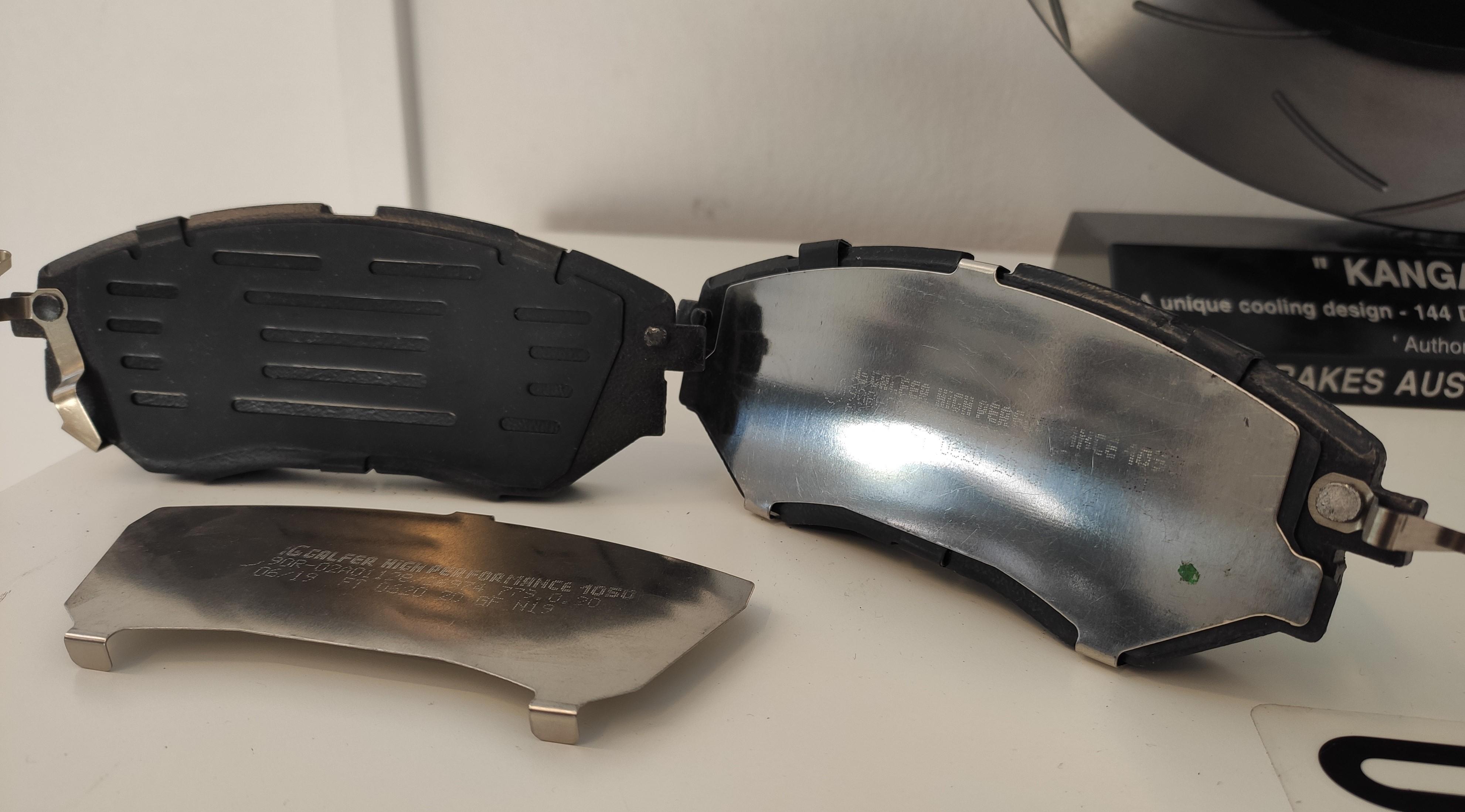 Podkładki antywibracyjne, które są oddzielnym elementem, warto zauważyć, że te klocki posiadają 2 rodzaje podkładek - na zdjęciu Galfer Sport FDHP1050