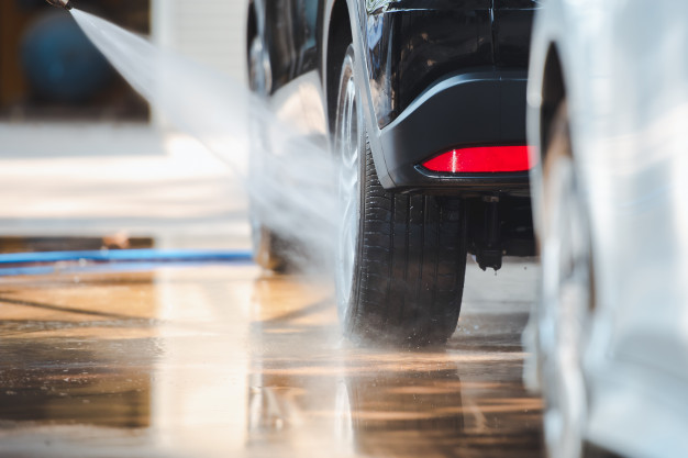 Źróło: https://image.freepik.com/free-photo/car-wash-shop-is-washing-car-with-water-spray-water-wheels-clean-cars-wash-station_140555-126.jpg